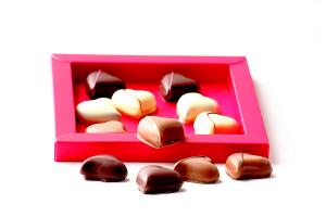 CIOCCOLATINI A FORMA DI CUORE Cioccolatini assortiti: cioccolato bianco, al latte e fondente.